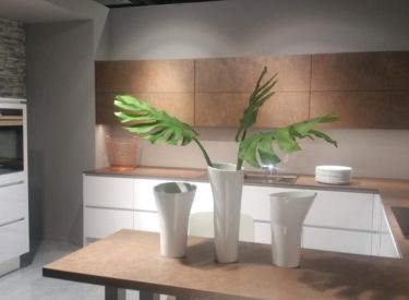 Alpine witte keuken gecombineerd met brons