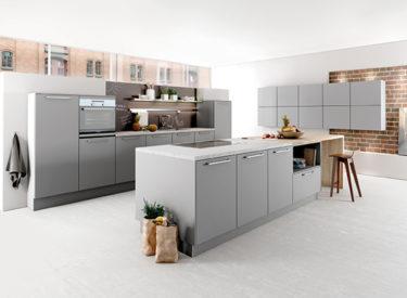 Parelgrijze keuken met beschrijfbare achterwand