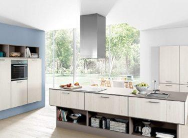 Lichte keuken met zwevend kookeiland