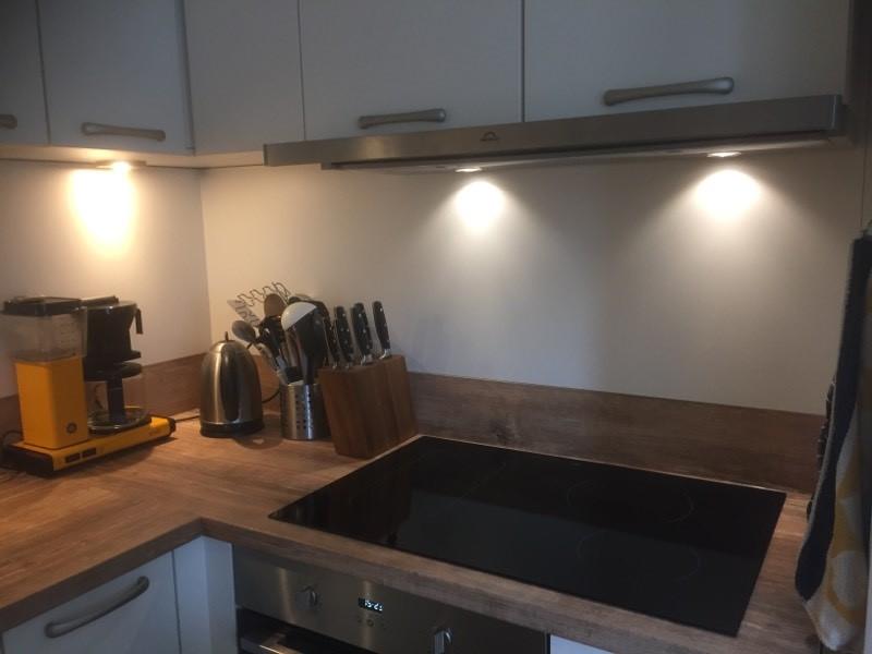 witte hoekkeuken, houten werkblad, inductie, oven