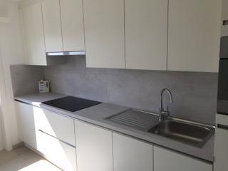 keuken gekocht bij I-Kook Sittard, Keukenmatch, keukenontwerp, positieve klantervaring, keukenopstelling, wit met geplamuurd beton opaalgrijs