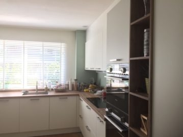 keuken gekocht bij I-Kook Sittard, Keukenmatch, keukenontwerp, positieve klantervaring, keukenopstelling, mat witte keuken, werkblad oud eiken en nissen oud eiken