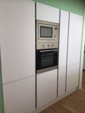witte moderne keuken, keukeneiland, keukenmatch, i-kook sittard, oplevering in Bunde, steamer, combi oven