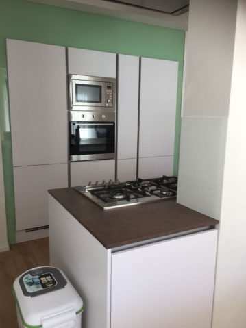 witte moderne keuken, keukeneiland, keukenmatch, i-kook sittard, oplevering in Bunde, gaskookplaat