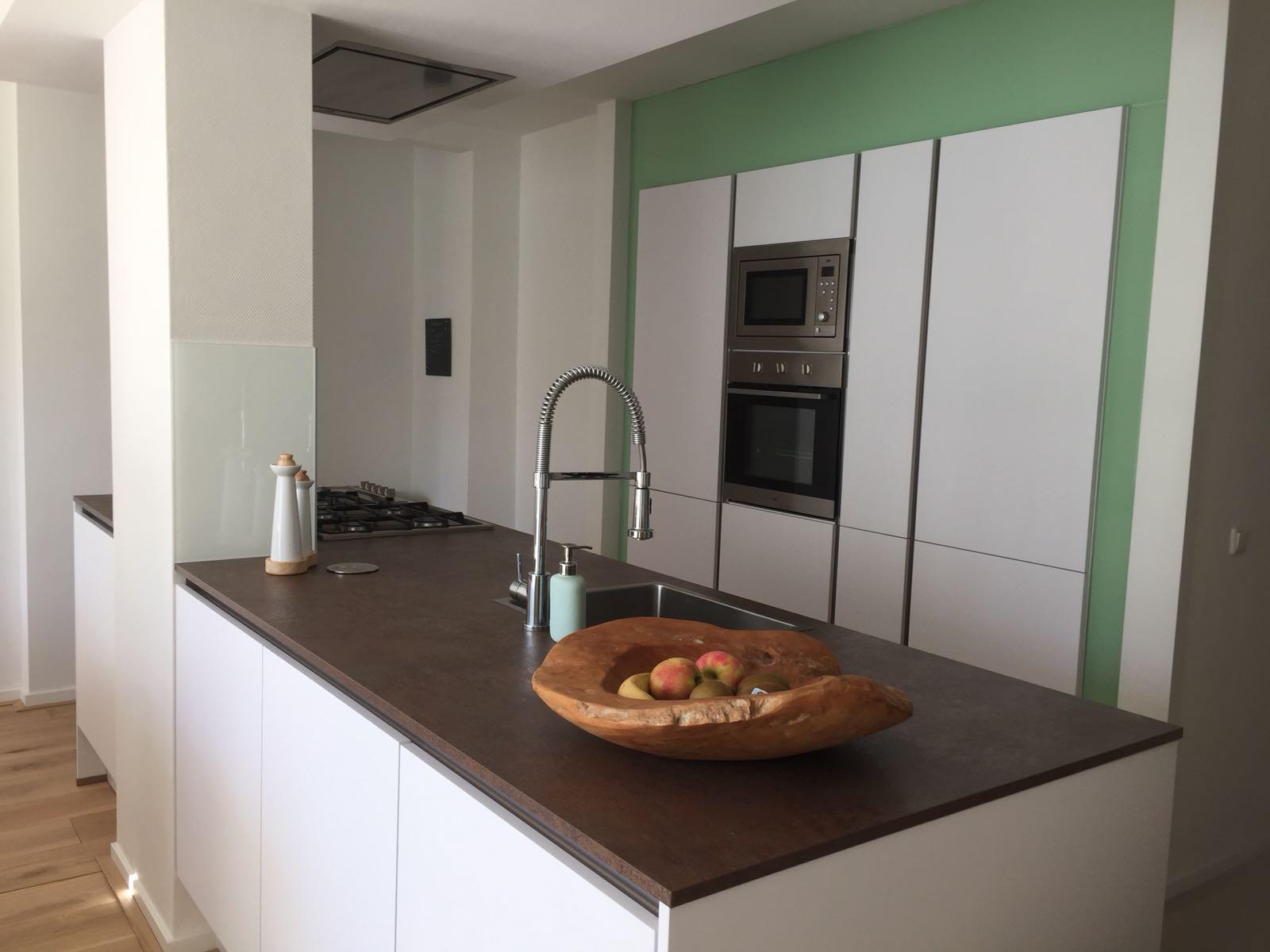 witte moderne keuken, keukeneiland, keukenmatch, i-kook sittard, oplevering in Bunde