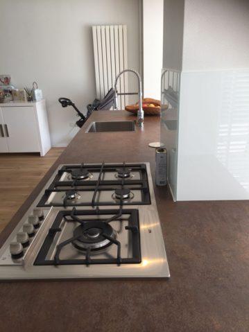 witte moderne keuken, keukeneiland, keukenmatch, i-kook sittard, oplevering in Bunde, eiland, keukeneiland, gaskookplaat