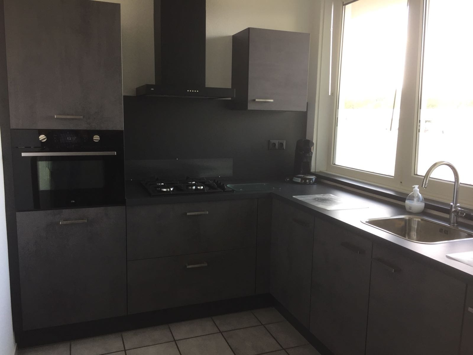 keuken gekocht bij I-Kook Sittard, Keukenmatch, keukenontwerp, postieve klantervaring, keukenopstelling, leisteen donkergrijs, betonlook