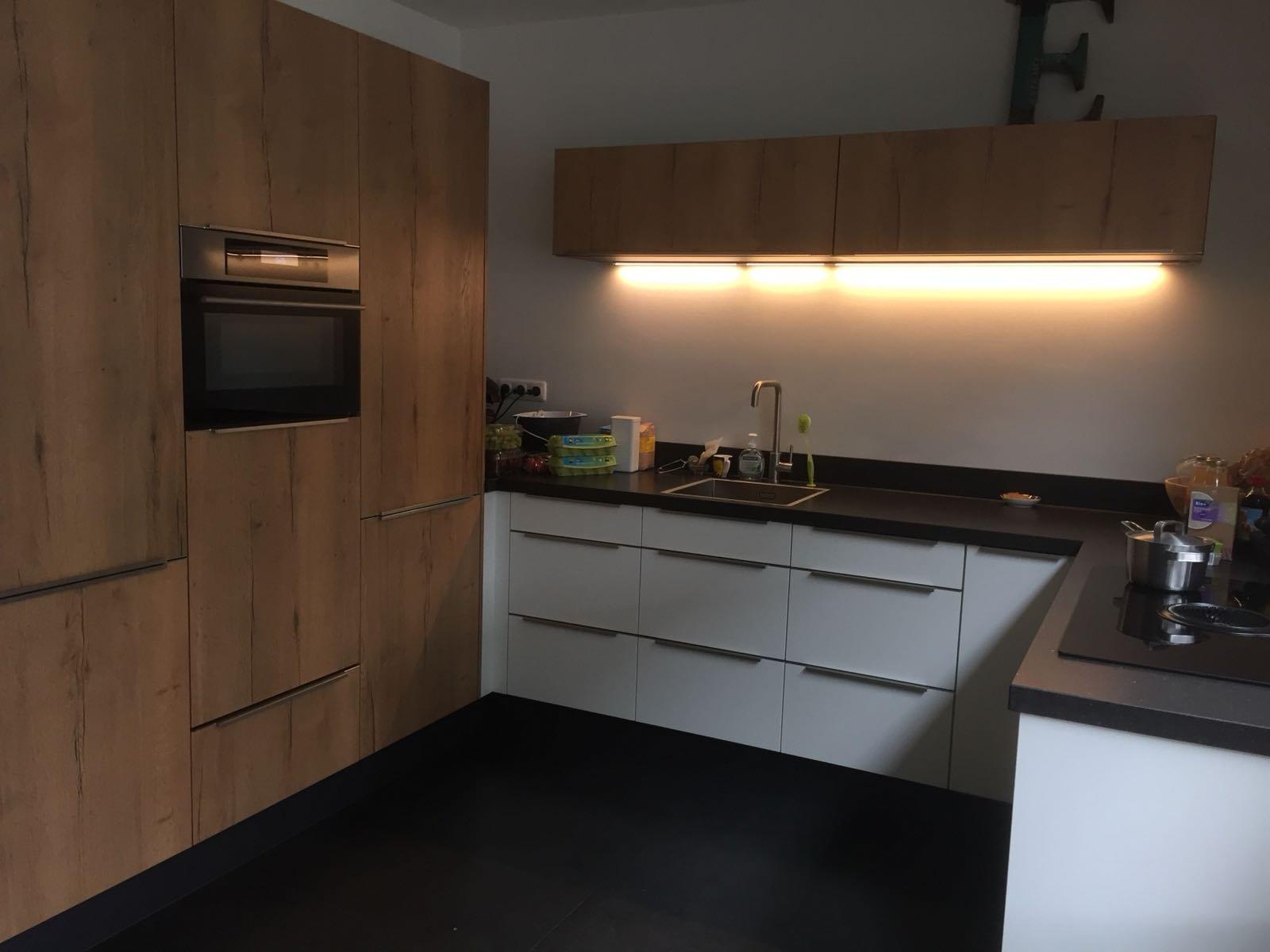 hoekopstelling keuken kastenwand wit hout