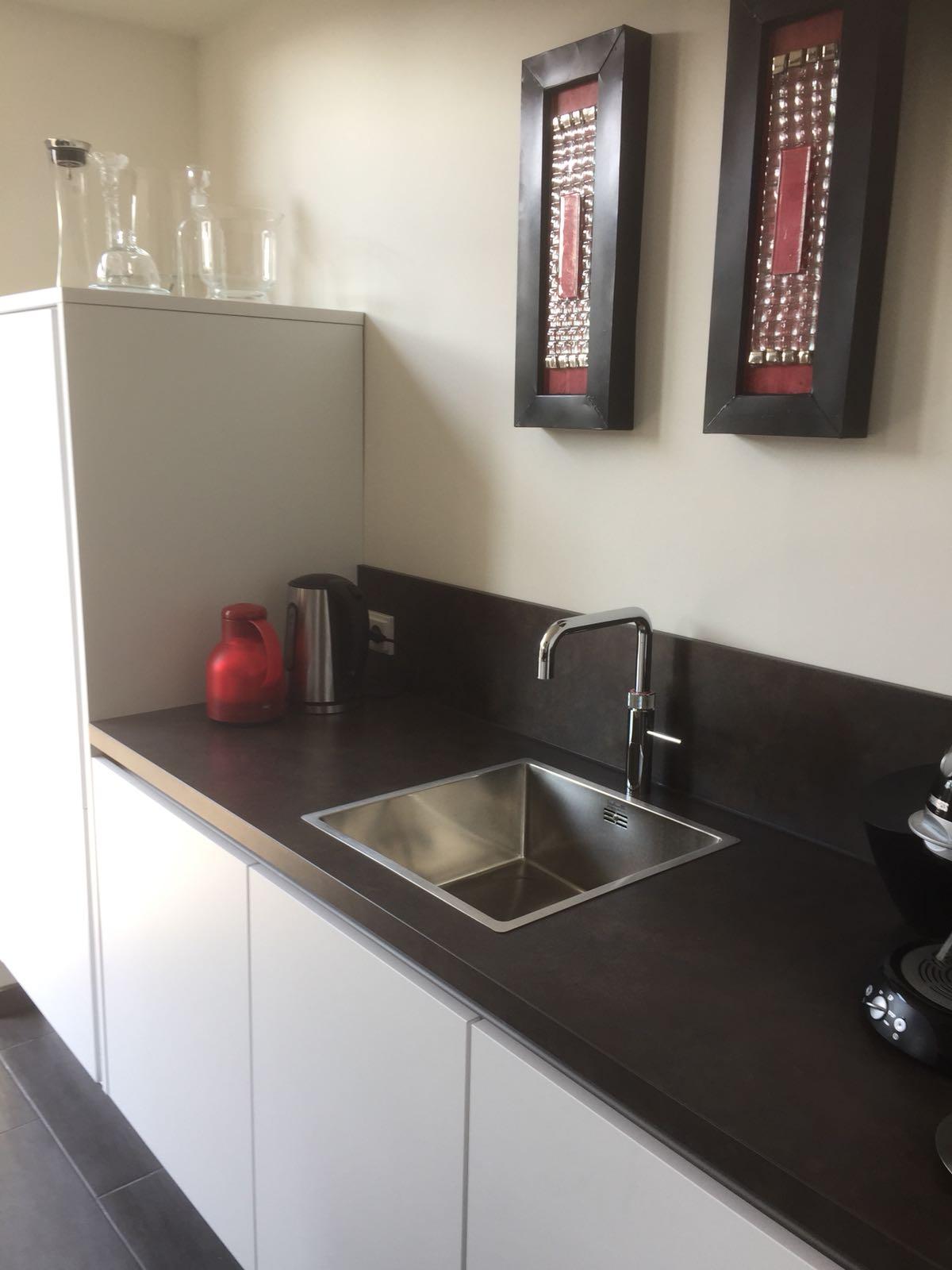 witte keuken strak design zwart aanrechtblad limburg