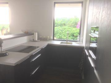 keuken met bar grijs wit