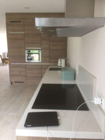 Familie Verjans 3 uit Sittard hout front wit werkblad met kastenwand