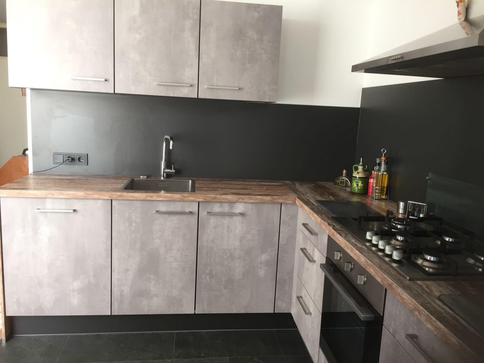betonlook keuken met houtlook werkblad naar tevredenheid opgeleverd door Keukenmatch Sittard