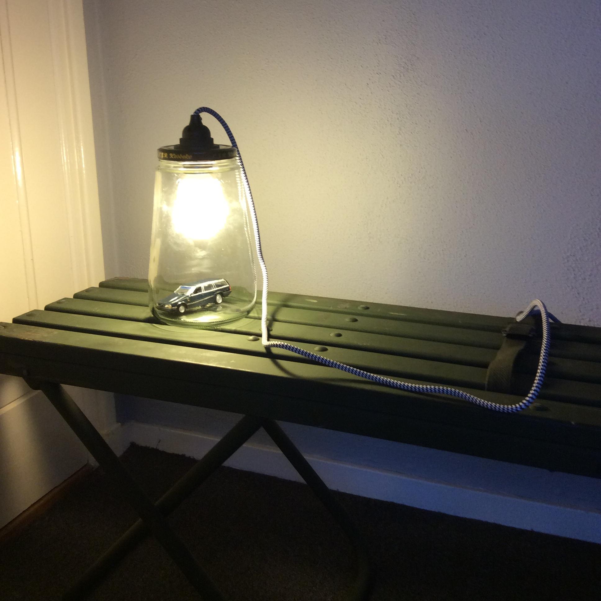 Vintage legerbankje met een lamp gemaakt van een oude augurkenpot