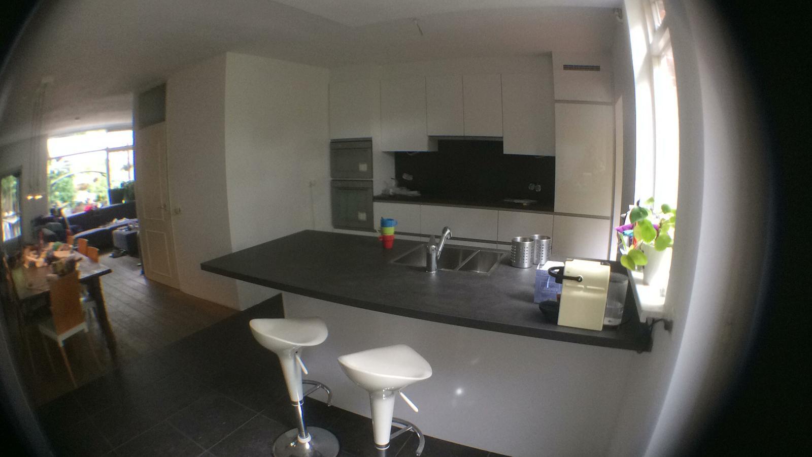keuken gekocht bij I-Kook Sittard, Keukenmatch, keukenontwerp, positieve klantervaring, keukenopstelling, hoogglans wit, alpine, lak